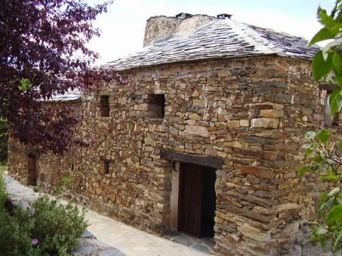 Panorámica de la fachada de la casa pequeña. Una de las tres casas para los participantes de Umbralejo.